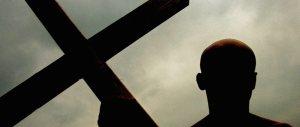 Marocchino musulmano danneggia un crocifisso del '700: denunciato