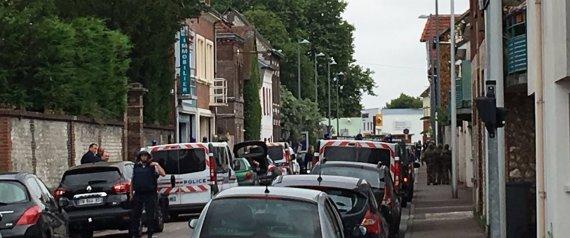 Rouen, orrore in una chiesa. Sgozzato il parroco, uccisi i due attentatori