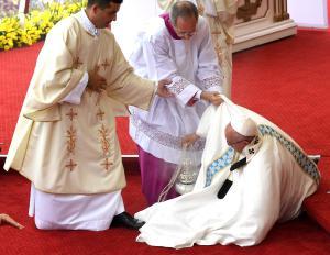 Papa: Francesco inciampa a Czestochowa, subito rialzato