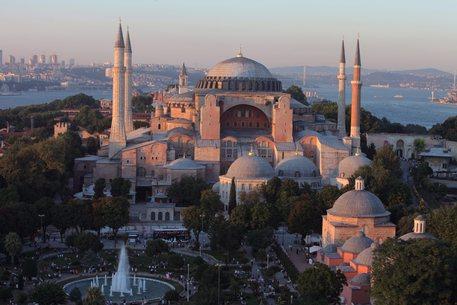 Dopo 85 anni, preghiera islamica a Santa Sofia che però non è una moschea…