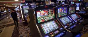 Frega oltre mezzo milione di euro al nonno e lo dilapida alle slot machines
