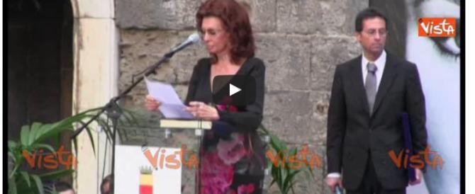 Sophia Loren si commuove ricordando la propria infanzia a Napoli (video)