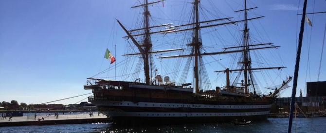La Amerigo Vespucci omaggia le vittime del sisma: bandiera a mezz'asta