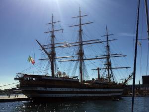 Anche la nave scuola Amerigo Vespucci, attraccata a Copenaghen, ha reso omaggio alle vittime del terremoto che ha devastato il centro Italia issando a mezz'asta la bandiera tricolore