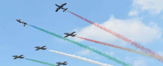 """Sisma, le Frecce Tricolori volano per le vittime tra le note del """"Silenzio"""""""