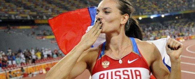 La campionessa Isinbaieva nella base aerea: «I militari russi? Uomini veri»