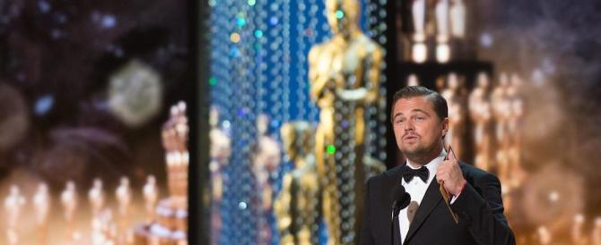 """Leonardo DiCaprio dà buca a Hillary Clinton e l'abbandona sul """"Titanic"""""""