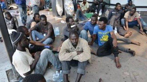 Migranti, la Svizzera nega il visto. In 400 accampati nella stazione di Como