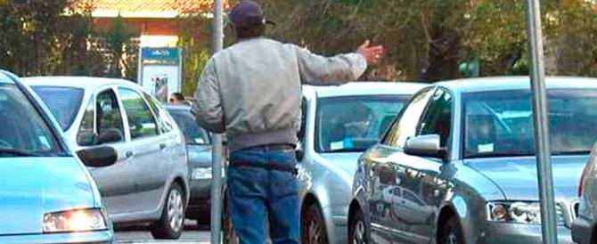 «Schifoso parcheggiatore abusivo»: la frase della poliziotta diventa scandalo