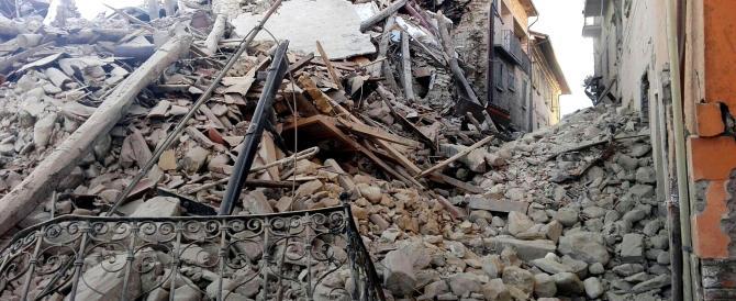 """Ultimo sfregio ai morti, le razzie degli """"sciacalli"""" fra le case devastate"""