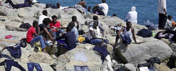 Ventimiglia, i migranti si gettano in mare per raggiungere la Francia