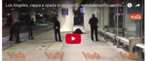 Los Angeles: arrestato in aeroporto un uomo travestito da Zorro (video)