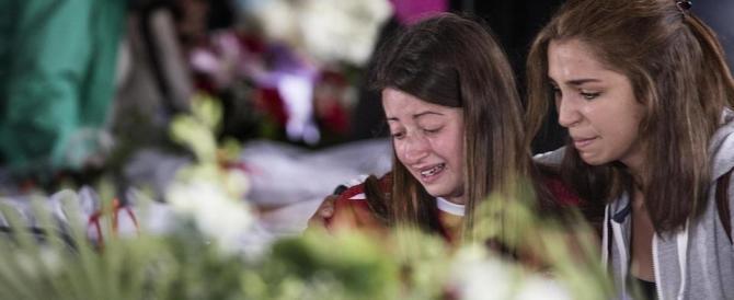 L'addio alle vittime. Il vescovo: «Non uccide il sisma ma le opere dell'uomo»