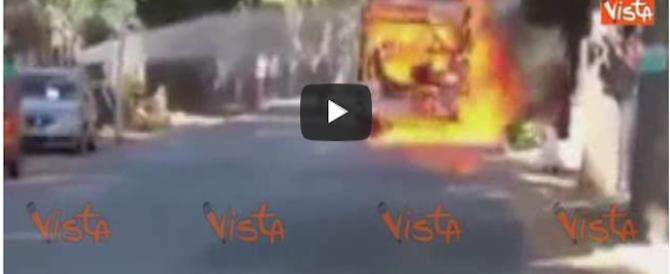 Il video dell'autobus divorato dalle fiamme a Roma sulla Nomentana