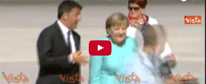 L'«affettuoso» Renzi accoglie la Merkel con un bacio sulla guancia (video)
