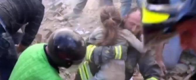 Operata la bimba salvata dopo 16 ore. Sta bene. La sorella non ce l'ha fatta (video)