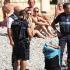 Sulla spiaggia di Nizza col burkini: la polizia francese la fa spogliare