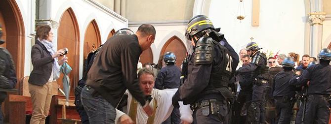 """""""Non demolite la chiesa di Santa Rita"""". Fedeli pestati dalla polizia francese (VIDEO)"""