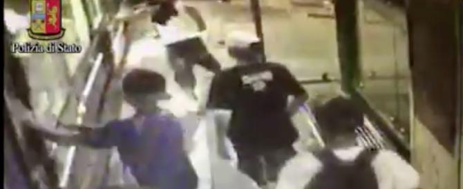 Gang di latinos uccide un uomo su un tram di Milano: questo video li incastra