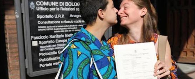 """Orgoglio gay, celebrato a Bologna il primo """"matrimonio"""" tra due donne"""