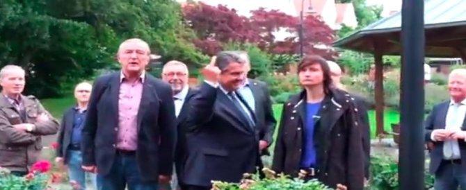Contestato il vicecancelliere tedesco: «Stop migranti». E lui alza il dito medio