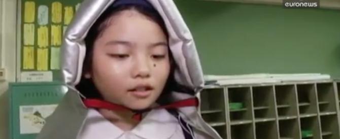 Giappone, a scuola imparano come comportarsi durante un terremoto (video)