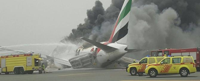 Aereo in fiamme a Dubai e scatta il panico da Isis (video)