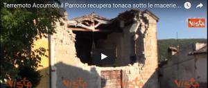 Accumoli, il parroco recupera la tonaca tra le macerie (video)