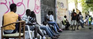 Regalare le case pignorate ai migranti: così vogliono punire gli italiani morosi