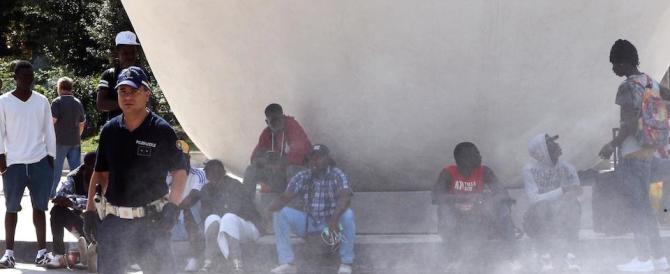 «Da qui non ce ne andiamo»: migranti nigeriani aggrediscono i carabinieri