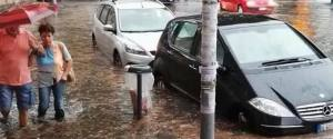 ma, città allagata: #Alemannodimettiti». Lo scrive su twitter l'ex sindaco di Roma Gianni Alemanno, con un'implicita ironia nei confronti dell'attuale primo cittadino Virginia Raggi, corredando il tweet con una foto di automobili che avanzano in una specie di lago formatosi a piazza di Porta San Paolo.