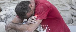 Sisma, le testimonianze: «Scenario apocalittico, scavano a mano con le pale»