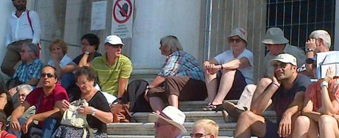 Certi veneziani non ne possono più, volantini contro i turisti: andate via