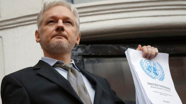 "Wikileaks, Assange spaventa Hillary: «Ho documenti ""bomba"" sulla Clinton»"