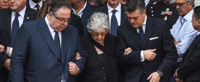 Ciampi, i funerali: l'uscita del feretro e il dolore di donna Franca (video)
