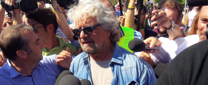 """Grillo aizza i suoi contro la stampa e lancia il """"Bufalino d'oro"""""""