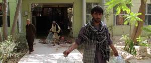 Due uomini armati e vestiti con camici utilizzati in genere dai medici, hanno fatto irruzione nell'Ospedale Mirwais a Kandar City, in Kandahar