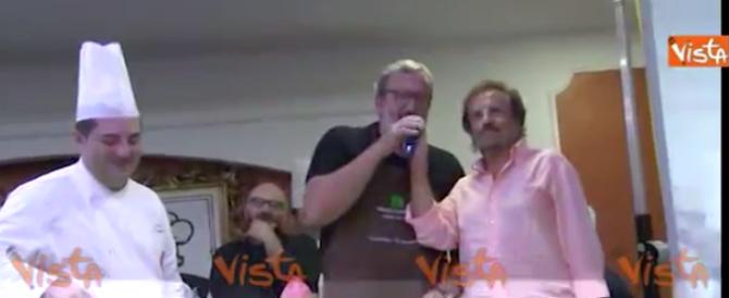 """Vuole sembrare """"uno di noi"""": Emiliano cucina e canta con Tony Santagata (video)"""