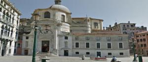 Venezia, docente calabrese urina sul muro della chiesa: multa di 10.000 euro