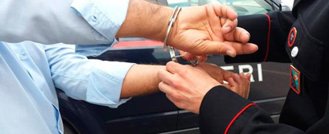 Albanese deruba una donna incinta. Lei si ribella, lui la picchia: arrestato