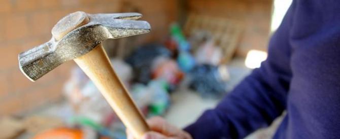 Tredicenne eroe: salva la madre dal convivente armato di martello