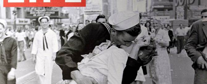 È morta la ragazza del bacio di Times Square: la sua foto segnò la fine della guerra