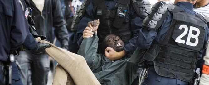 Clandestini, Calais esplode, bloccata la Manica: «È catastrofe economica»