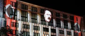 Proiettano le foto di Hitler sui monumenti di Berlino: arriva la polizia