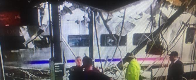 New york, treno dei pendolari deraglia e sfonda un edificio: cento i feriti