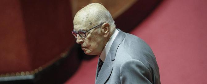 Napolitano parla delle «manovre ostili» contro Berlusconi. Proprio lui…
