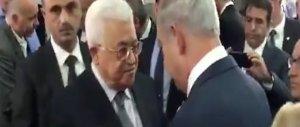 Tutto il mondo ai funerali di Peres. Stretta di mano Netanyahu-Abu Mazen