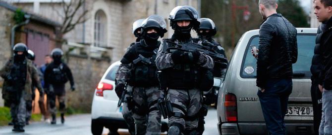 Francia, auto scagliata contro militari. Bambini chiusi nelle scuole