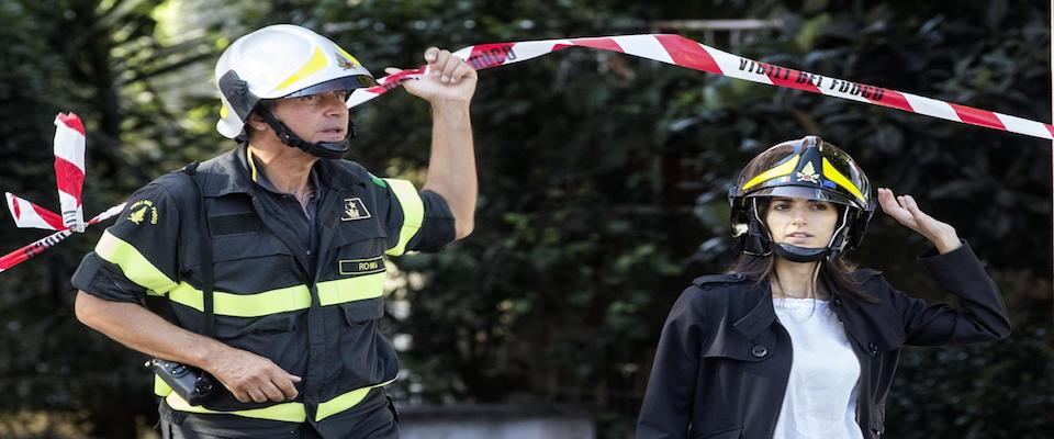 Una donna in fuga. La Raggi resta a Roma per il crollo e dà buca a Grillo