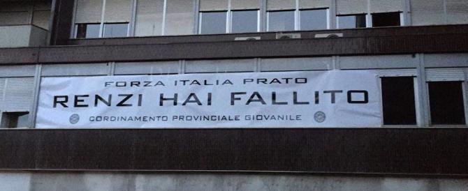 """Il nome Renzi non si pronuncia invano. E gli agenti """"tagliano"""" lo striscione"""
